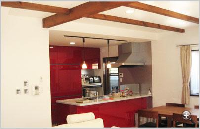 赤が基調の使いやすい対面式キッチン