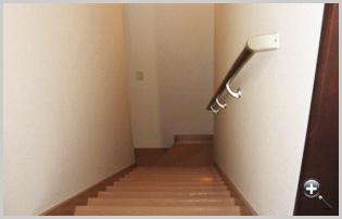 階段の照明や手すりも安全性を考慮した設計