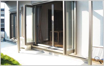 リビングからお庭へ開く開放感たっぷりの窓